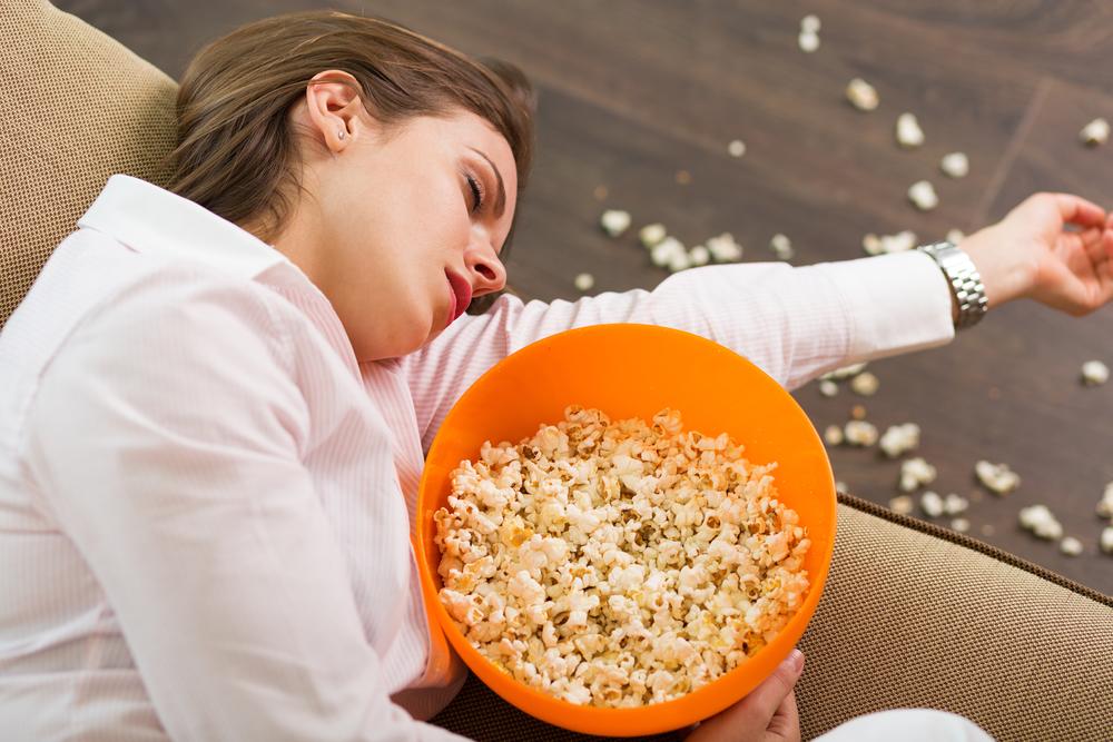 девушка уснула за просмотром фильма