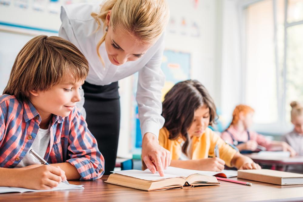 учитель помогает ученикам