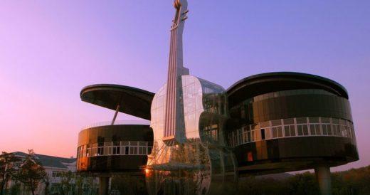 Дом-рояль со скрипкой