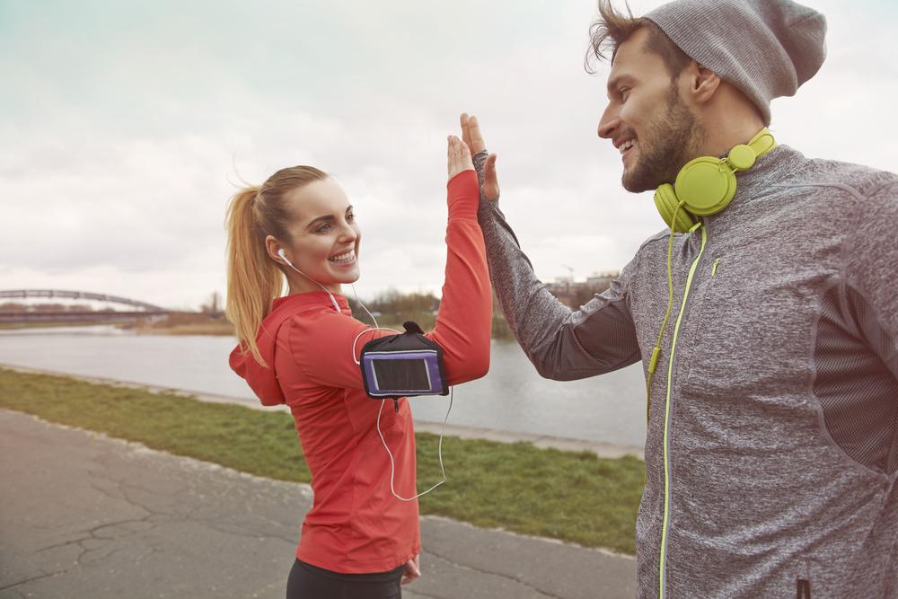 пара занимается тренировкой и слушает музыку