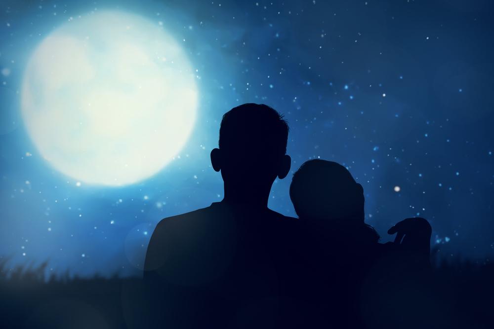 пара смотрит на звезды