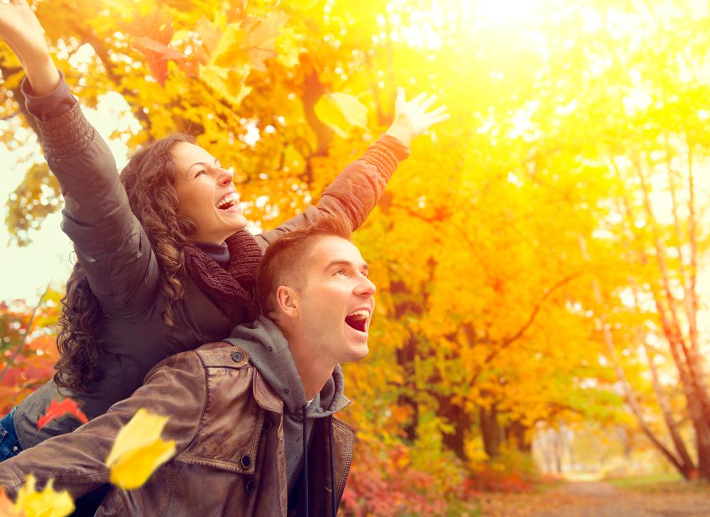 счастливая пара в осеннем парке
