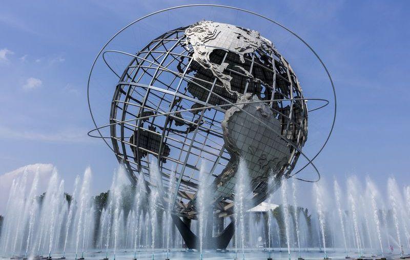 Парящий над водой глобус в США