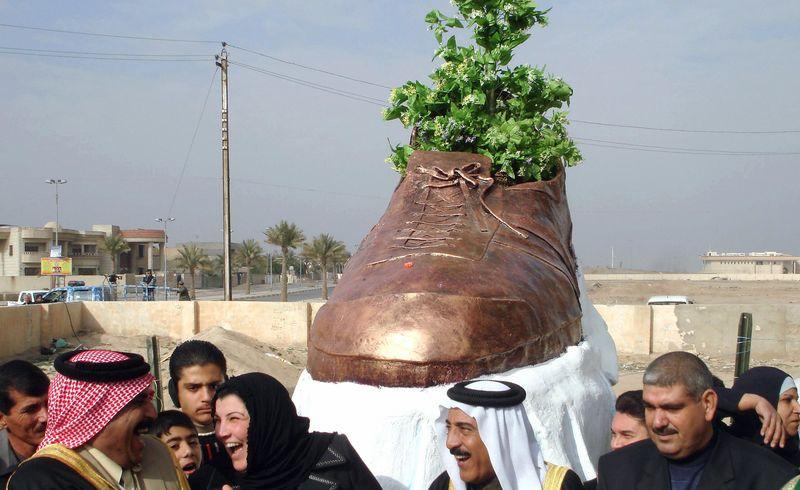 Памятник брошенному ботинку