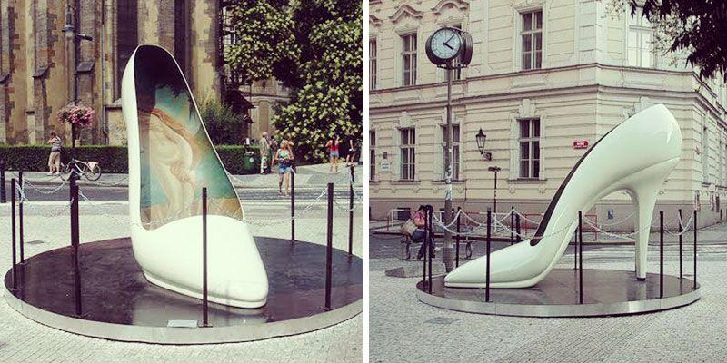 Памятник женской туфельки в Праге
