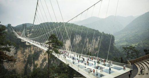 Трескающийся стеклянный мост в Китае