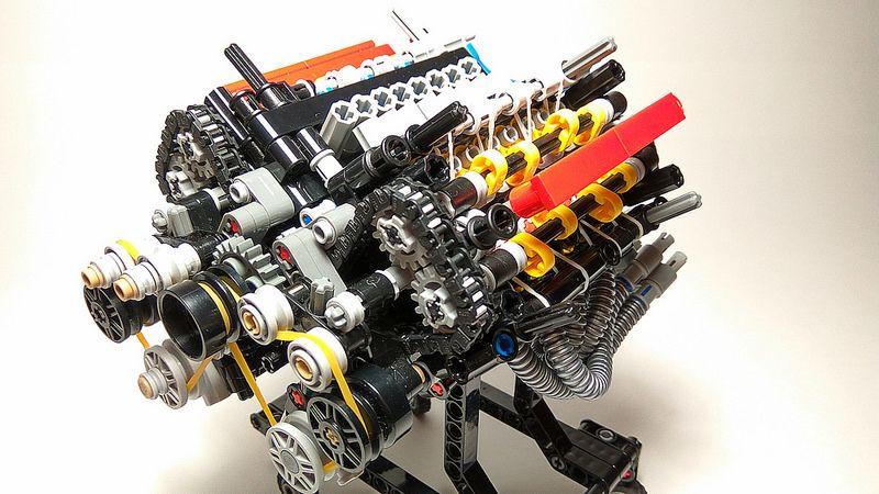 Двигатель V8 собран из деталей Lego tekwik