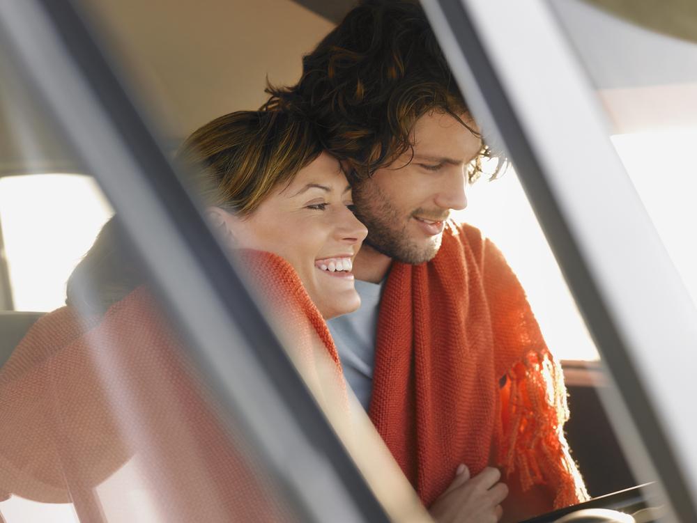 влюбленная пара в машине