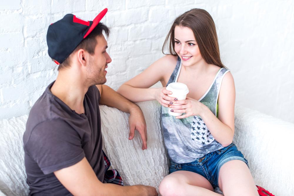 девушка с парнем сидит на диване