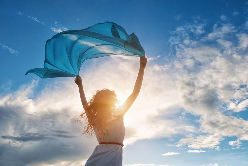 женщина держит голубой платок