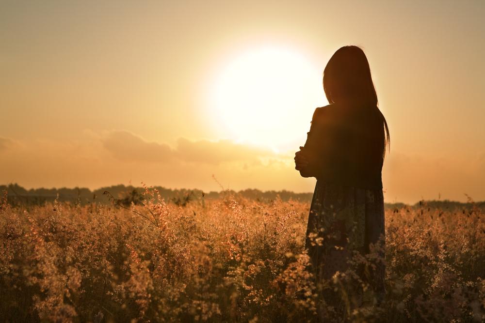 женщина переживает одиночество