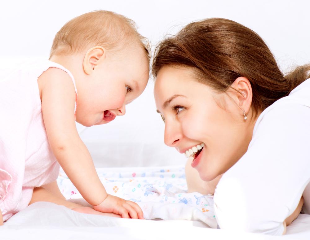 мать и ребенок счастливы
