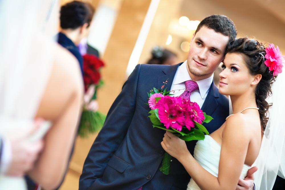 молодая пара со свадебным букетом