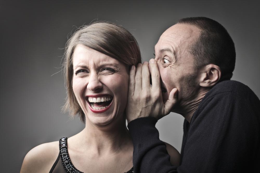 мужчина смешит женщину