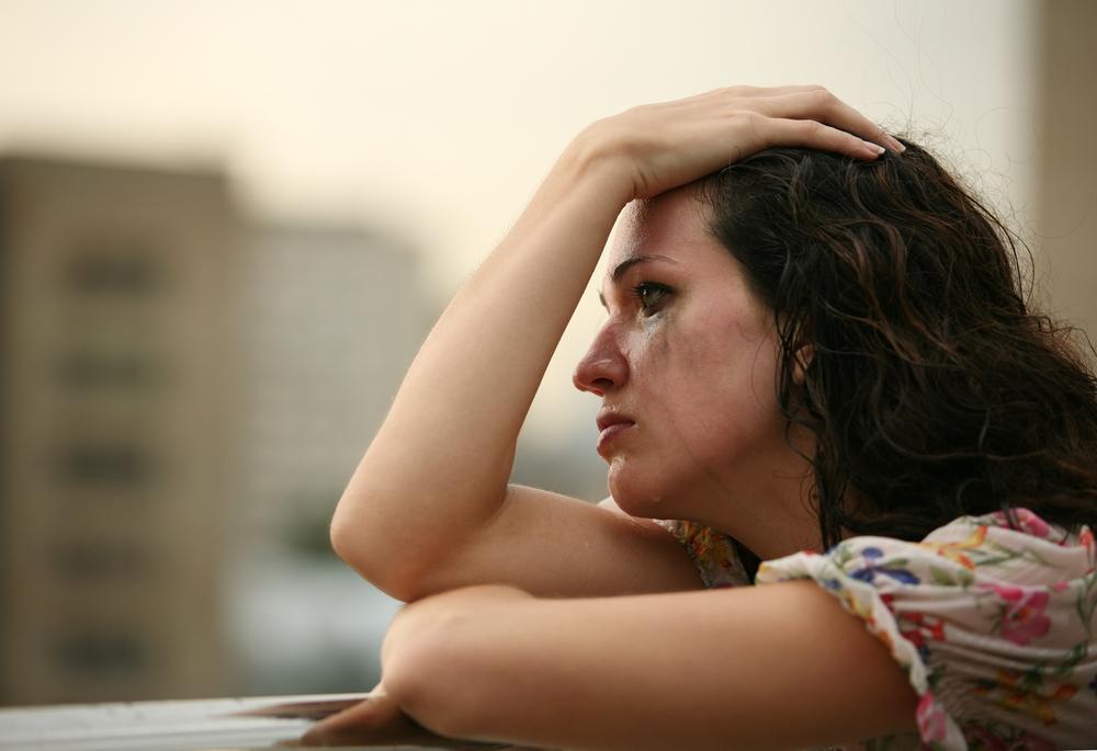 одинокая девушка плачет