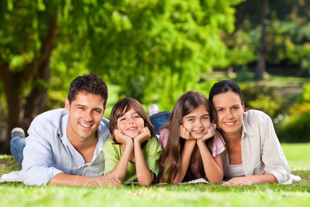 семья улыбается и счастлива