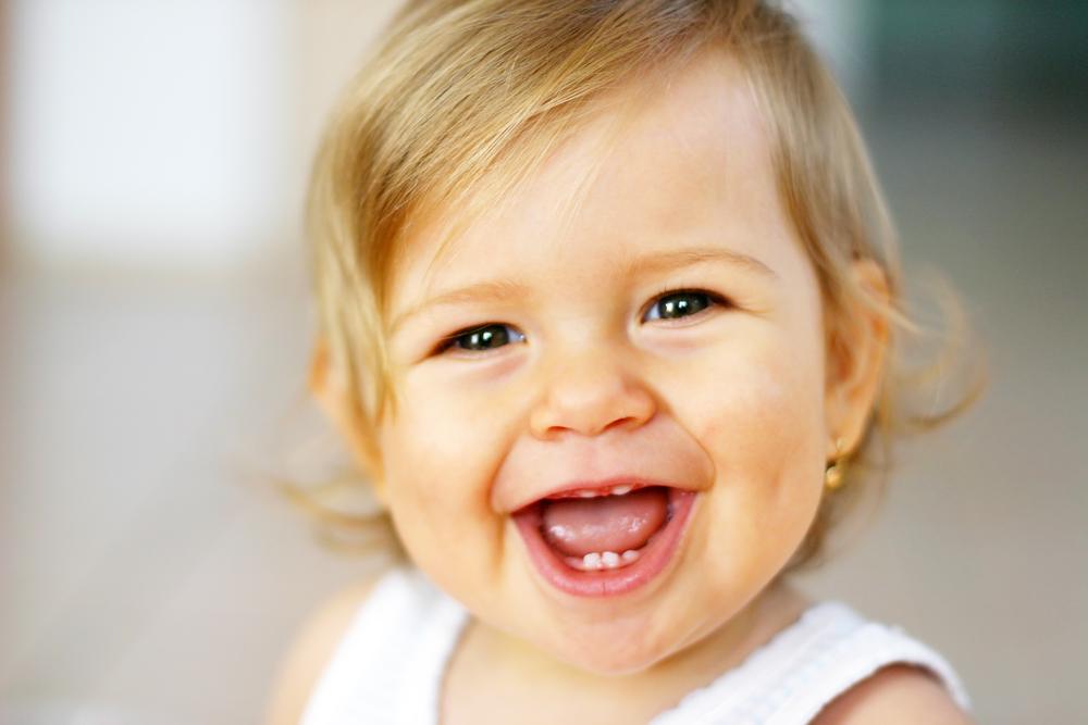 счастливая улыбка ребенка