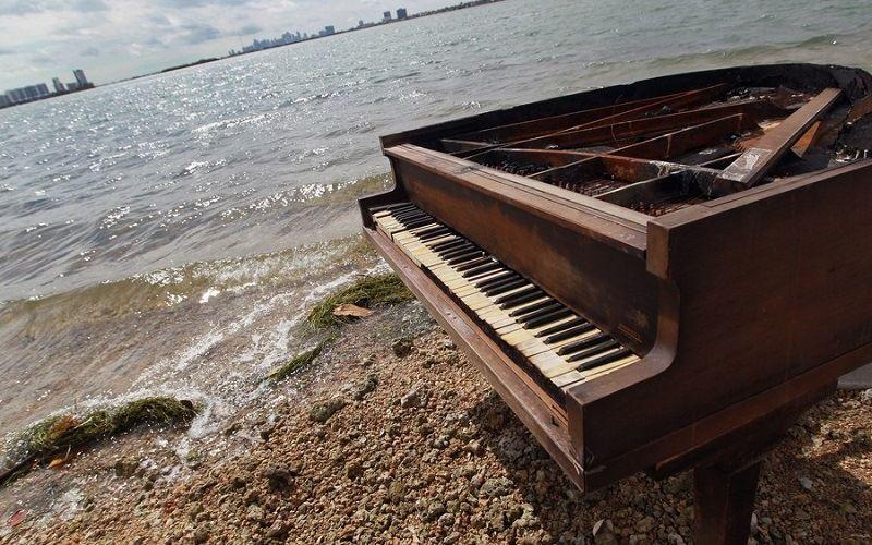 Выброшенный на берег рояль