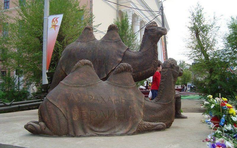Памятник Маше и Мише в Астрахани