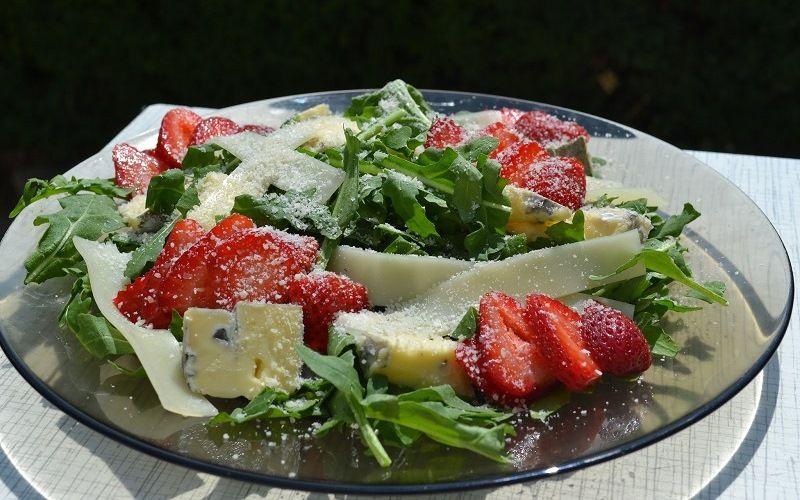 Салат из клубники с сыром пармезан