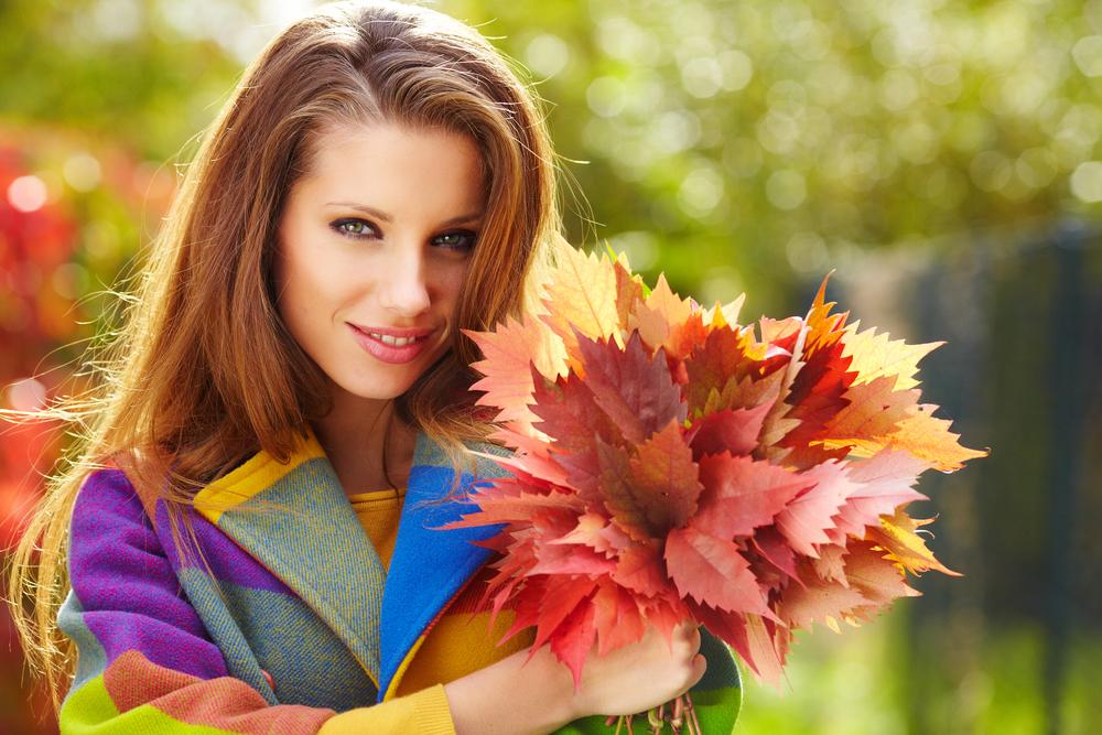 девушка в парке осенью