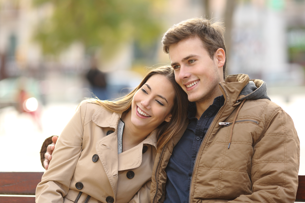 девушка с парнем гуляют осенью
