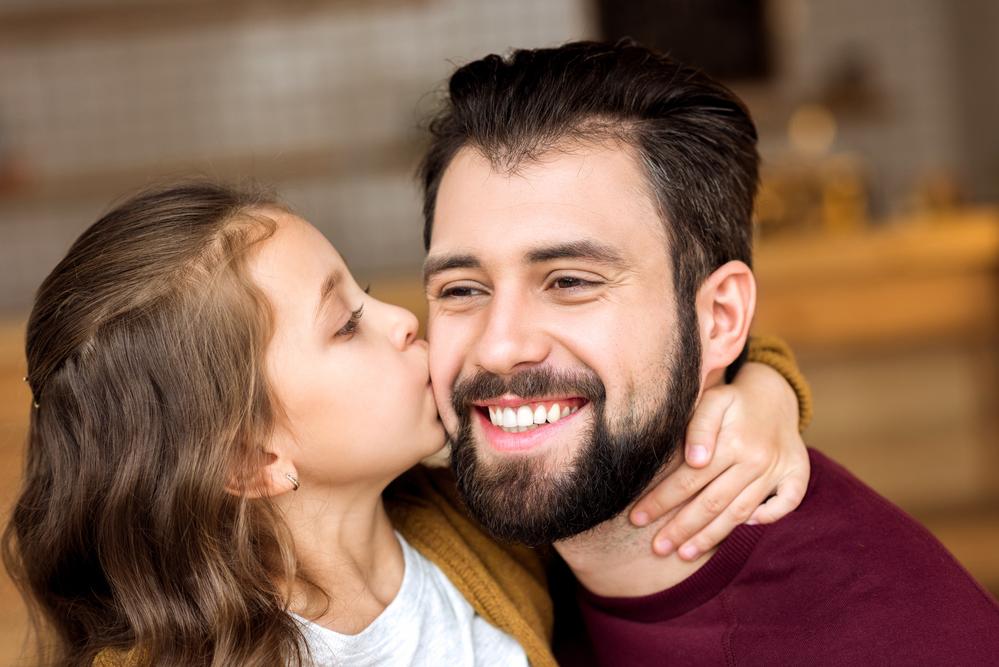 дочь целует папу