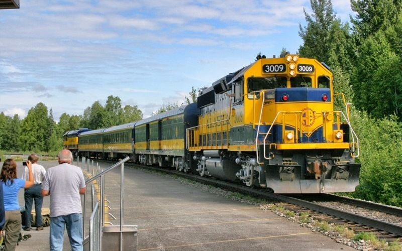 Пассажирский поезд на Аляске