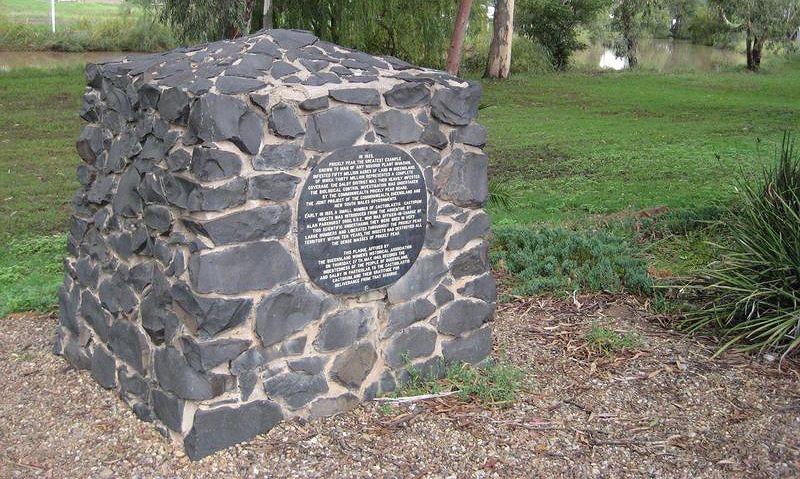 Памятник гусенице