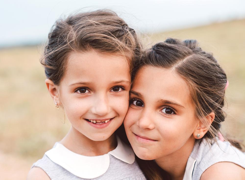 две маленькие девочки сестры