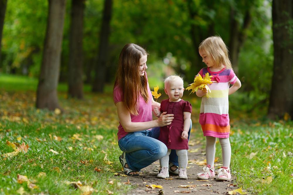молодая мама и ее две дочери