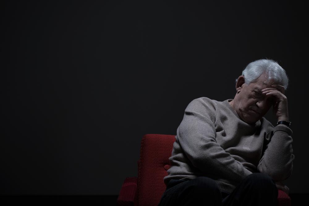 несчастный пожилой мужчина