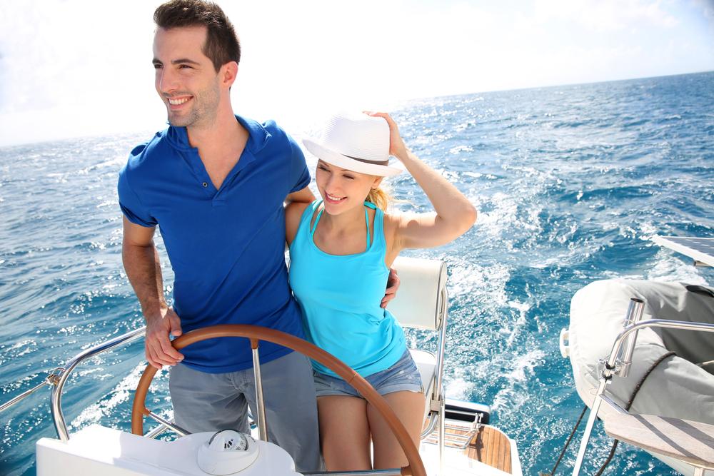 богатый молодой человек на яхте