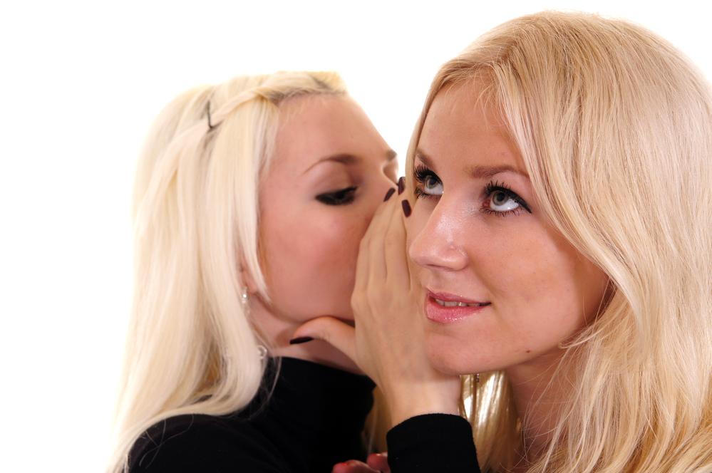 две девушки делятся сплетнями
