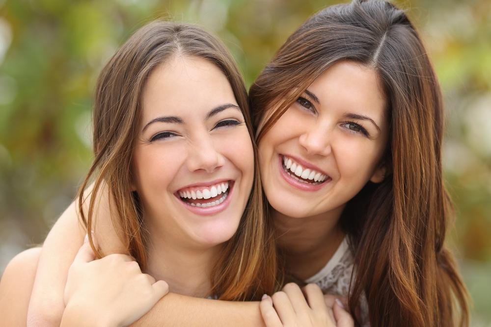 две женщины смеются над невзгодами