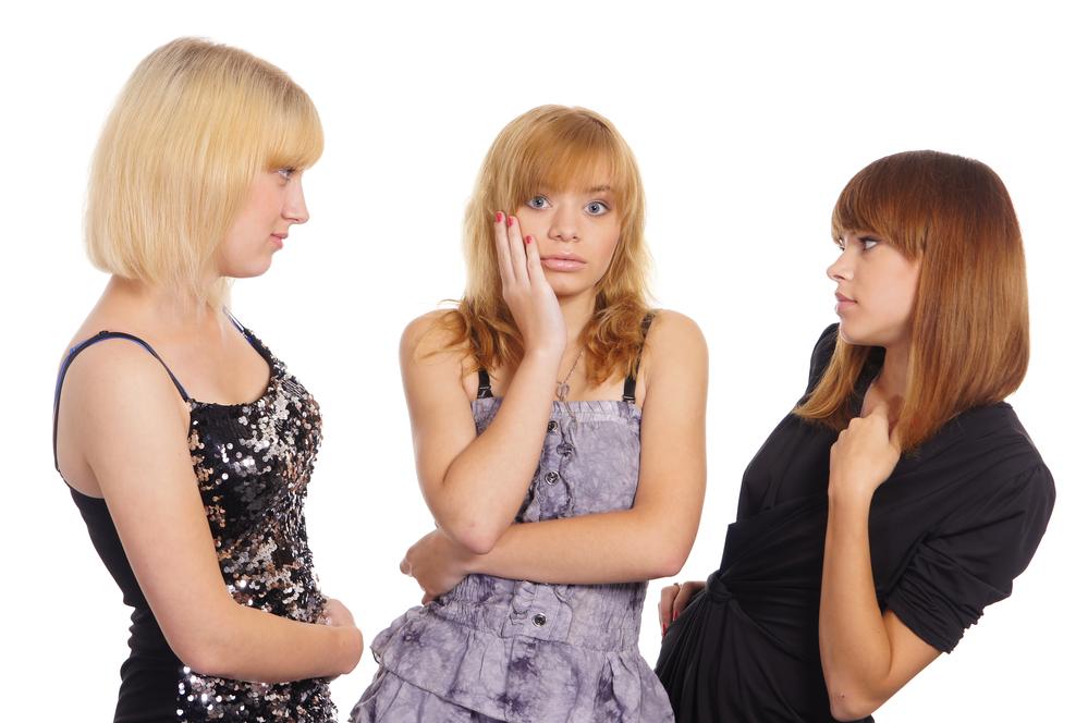девушки рассказывают сплетни