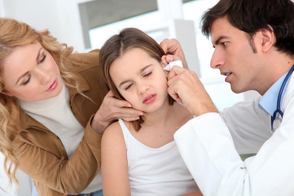 доктор осматривает девочку