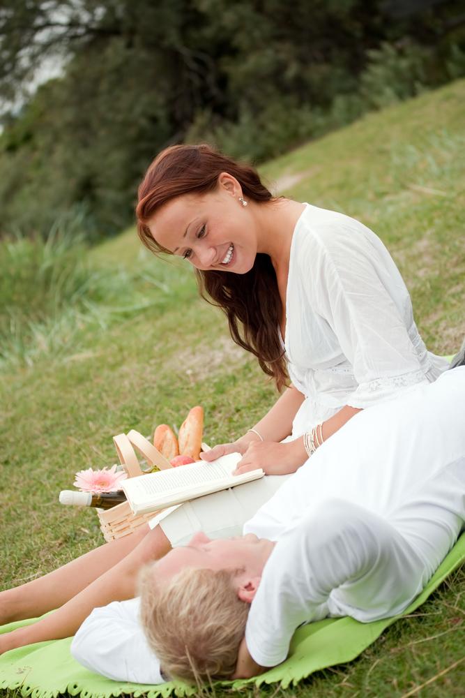 женщина читает стихи