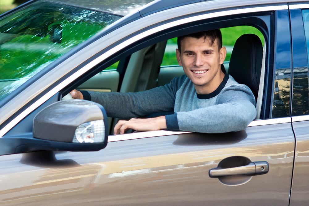молодой человек в своем автомобиле
