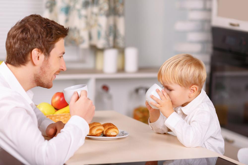 отец и сын вместе завтракают