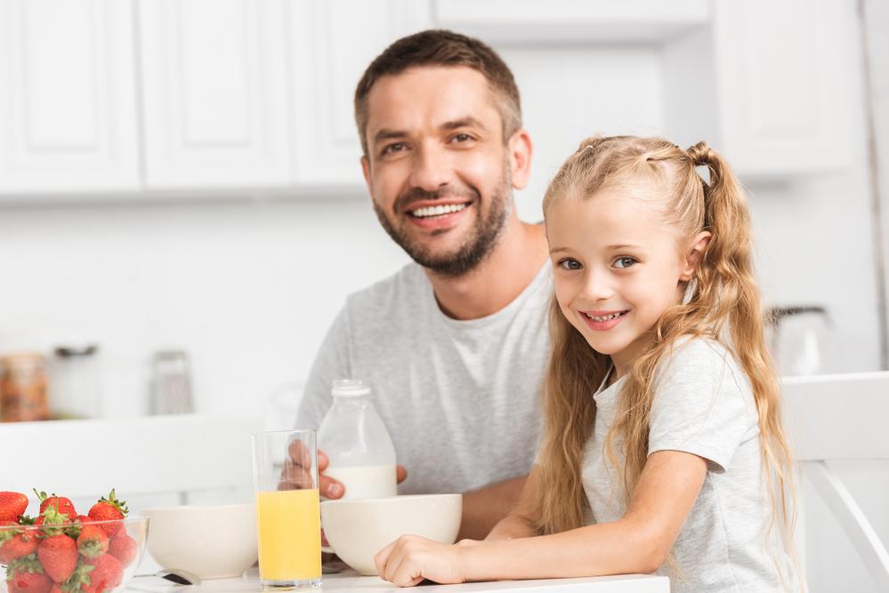 папа с дочерью завтракают