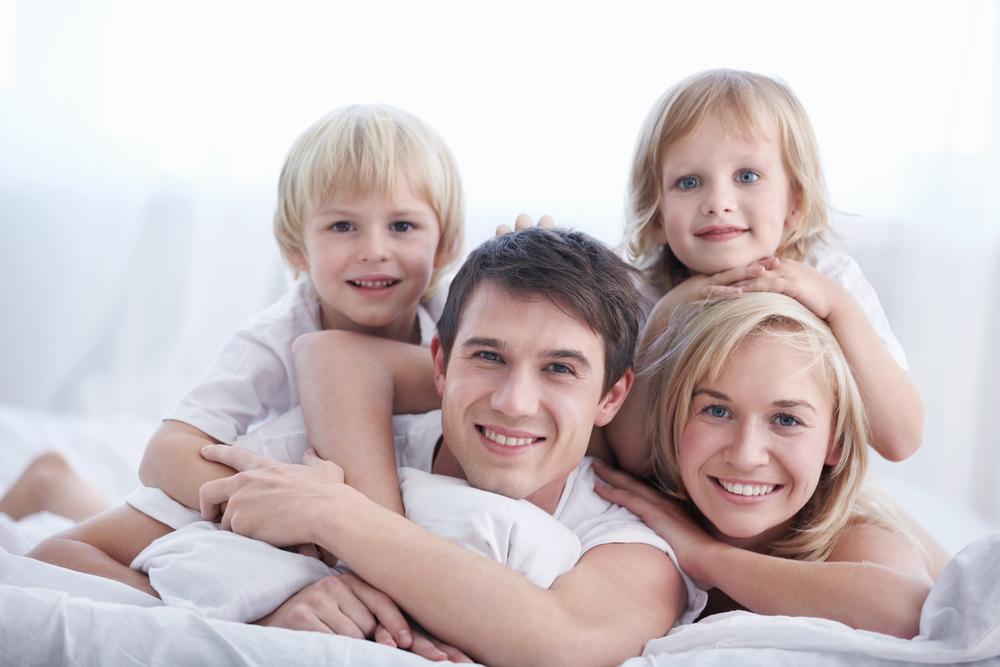 родители с двумя детьми