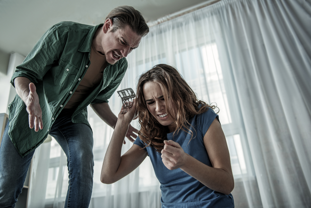 ссора девушки и молодого человека