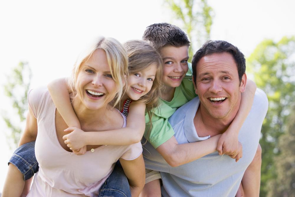 счастливая семья с детьми на прогулке