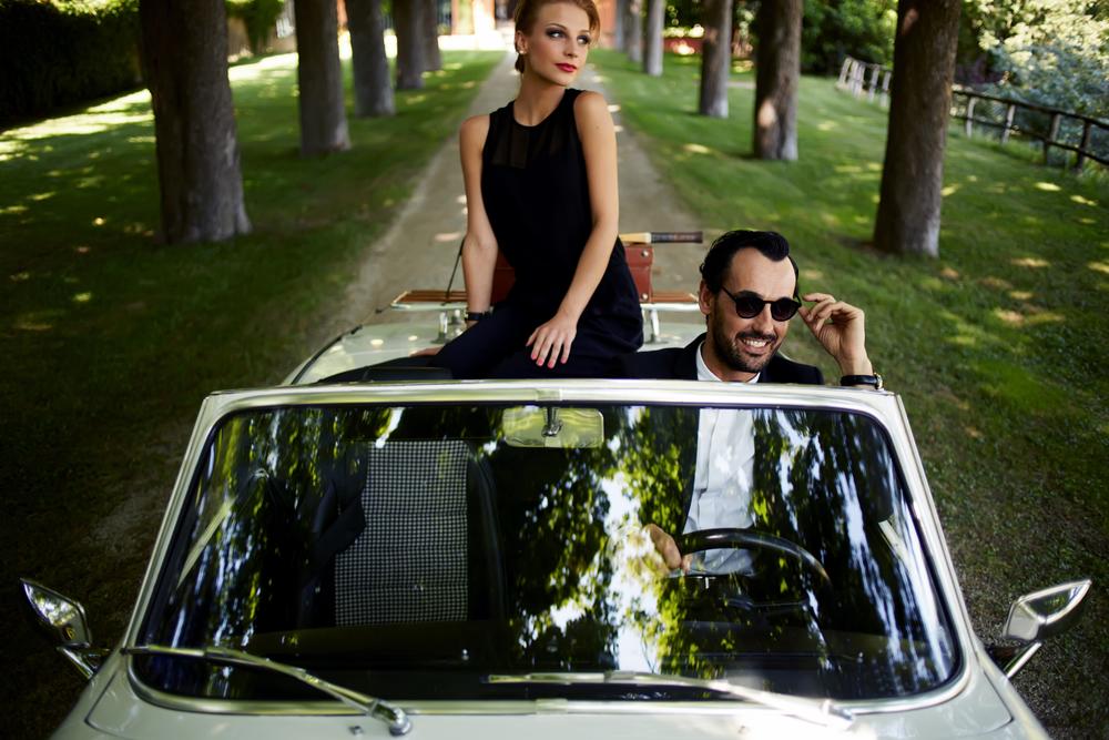 счастливая пара ездит на роскошном автомобиле