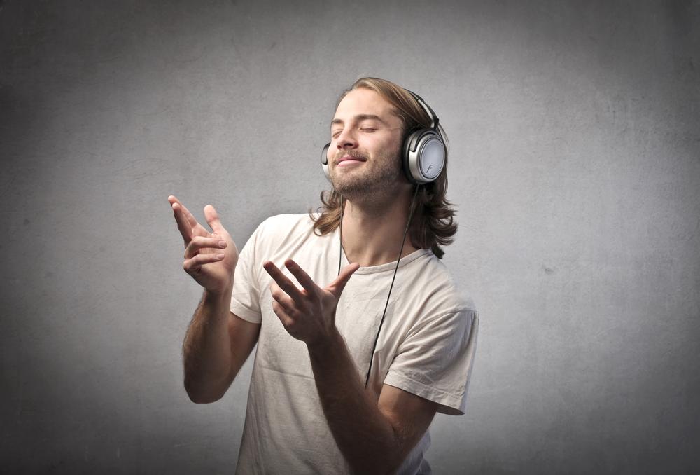 человек наслаждается музыкой