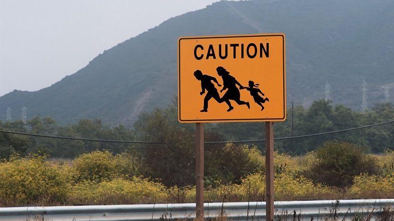 """""""Осторожно, мигранты!"""" - дорожный знак на мексиканской границе"""