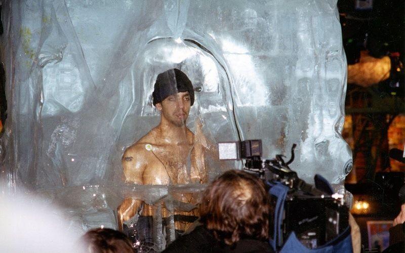 Дэвид Блэйн в ледяной глыбе