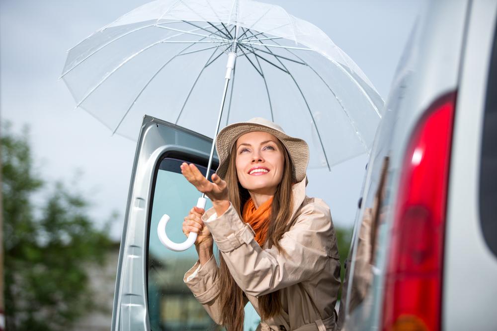девушка с зонтиком улыбается