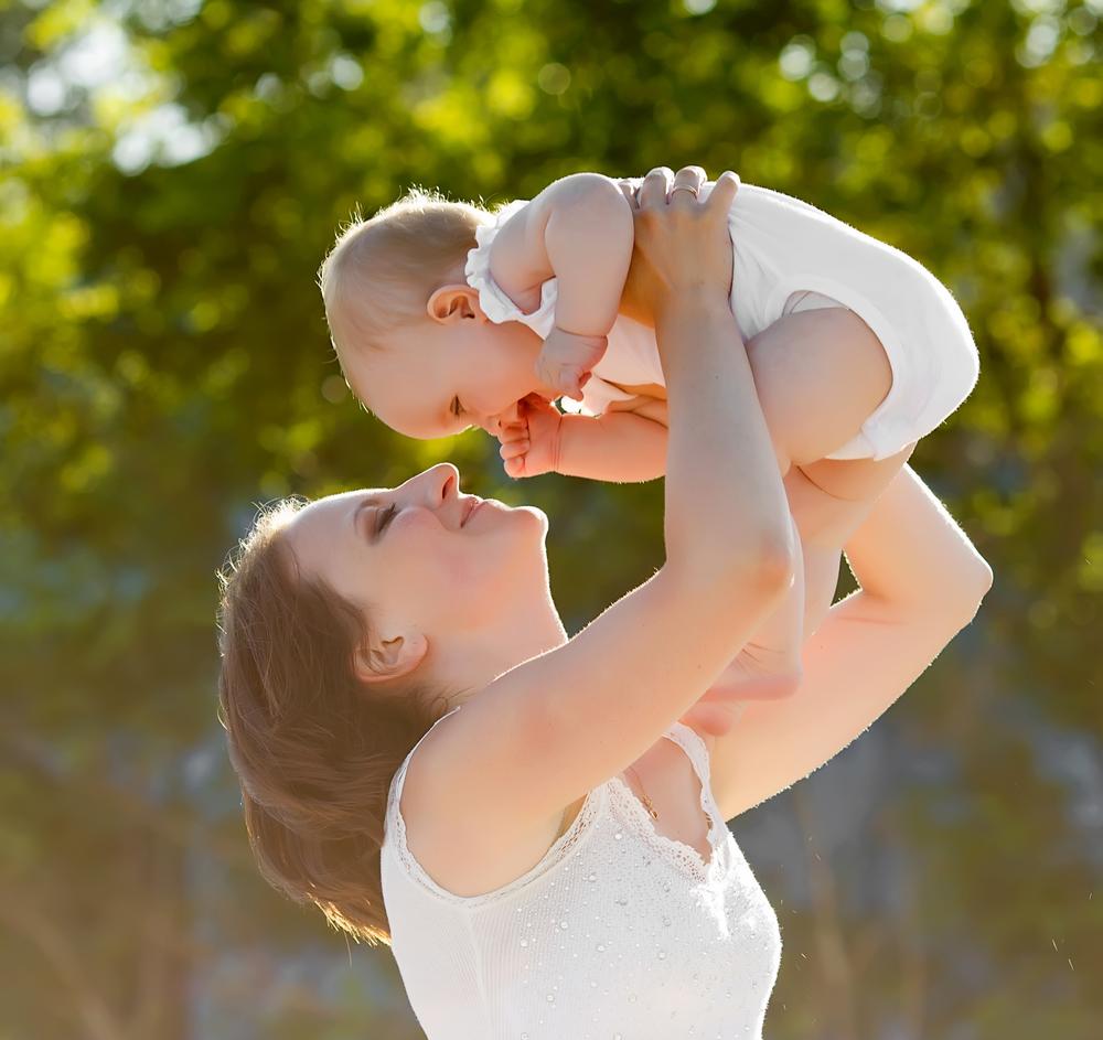 мама и ее маленькая дочь на природе